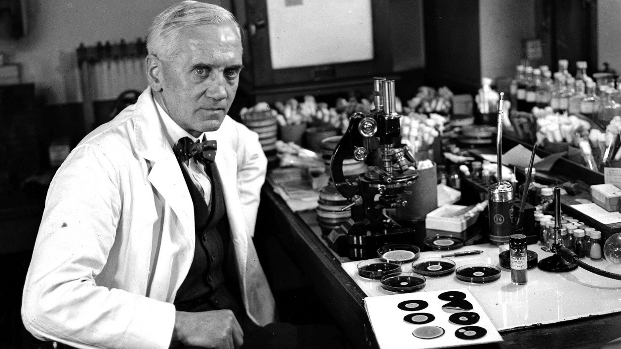 Alexander Fleming 1943 in seinem Labor